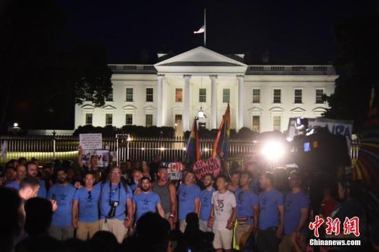 当地时间6月12日晚,数百名美国民众聚集在白宫外举行集会,悼念奥兰多枪击案遇难者。<a target='_blank' href='http://www.chinanews.com/'>中新社</a>记者 刁海洋 摄