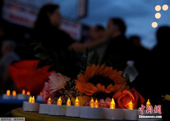 资料图:当地时间2016年6月12日,美国纽约皇后区,民众在当地悼念枪击案遇难者。美国佛罗里达州奥兰多市一家夜总会当天凌晨发生枪击事件,造成至少50人死亡、53人受伤。