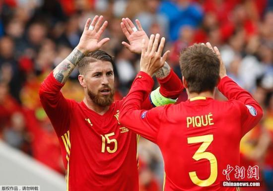 北京时间6月13日晚,西班牙在2016年欧洲杯首场比赛中1-0险胜捷克。整场比赛斗牛士军团占据绝对控球优势,始终压制对手,不懈努力的西班牙终于在第87分钟收获进球,皮克接到伊涅斯塔传中,头球攻破切赫球门。捷克众志成城坚守城池,却在终场前惨遭绝杀。图为进球后皮克与拉莫斯庆祝。