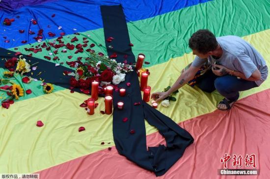 资料图:民众悼念奥兰多枪击案遇难者。