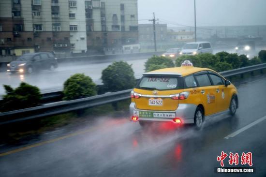 6月14日,车辆在通往桃园机场的路上疾驰,溅起水花。连日来,台湾多地遭遇豪雨。台农业部门14日表示,6月豪雨已累计造成全台农业产物及民间设施损失估计达1188万元新台币。<a target='_blank' href='http://www.chinanews.com/'>中新社</a>记者 陈小愿 摄
