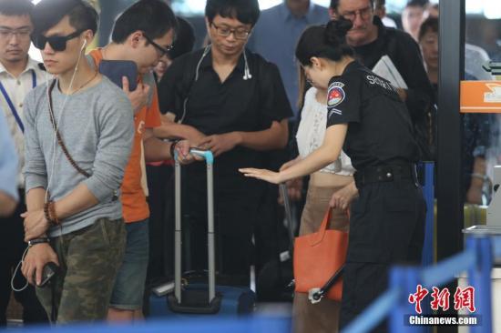 6月14日,上海浦东机场适度加强了安检等级。同时,各大航空公司也向旅客发出通告,提醒旅客至少提前两个小时抵达机场,以免误机。 <a target='_blank' href='http://www.chinanews.com/'>中新社</a>记者 张亨伟 摄