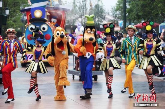 """上海迪士尼乐园举行""""米奇童话专列""""主题巡游"""