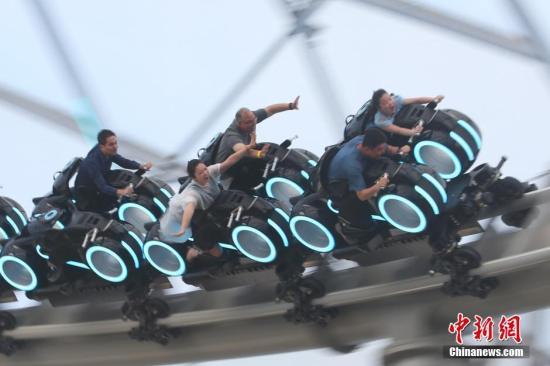 """洋""""迪粉""""热捧上海迪士尼乐园:城堡大、项目赞、科技新_大香蕉新闻乐点彩票大发不时彩"""