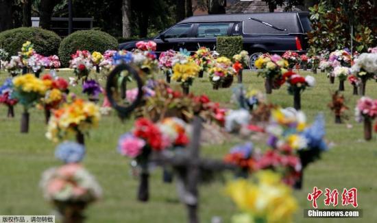 当地时间2016年6月16日,美国奥兰多,奥兰多枪击案遇难者葬礼在当地举行,家属与亲友前来致哀。