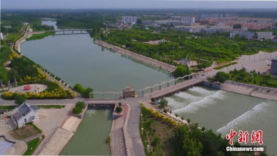 资料图:新疆中部博湖县百信人民公园附近的水利设施。 确?胡热 摄