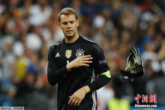 在歐洲杯6月16日進行的最后一場比賽中,在足壇聯系緊密的德國隊與波蘭隊在法蘭西大球場各踢半場好球。實力處于劣勢的波蘭隊穩扎穩打伺機反擊,雖然限制了自家前鋒萊萬多夫斯基的發揮,但也克制住德國隊的進攻戰術。最終雙方你來我往都沒能抓住得分機會,成為本屆賽事首場無進球的比賽。圖為諾伊爾。