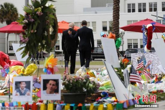 """当地时间2016年6月16日,美国奥兰多,美国总统奥巴马与副总统拜登访问奥兰多,悼念夜总会枪击案遇难者。美国佛罗里达州奥兰多市一家夜总会6月12日凌晨发生枪击事件,造成至少50人死亡、53人受伤,酿成美国历史上最糟糕的枪击事件。这也是美国本土自""""9・11""""以来遭受的最严重恐怖袭击。"""