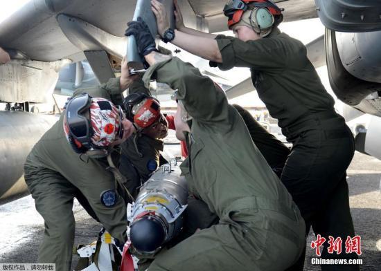 """当地时间6月16日,巴林王国麦纳麦,美国海军陆战队装备的AV-8B鹞式战机将从两栖攻击舰""""拳师""""上起飞前往伊拉克打击极端组织。"""