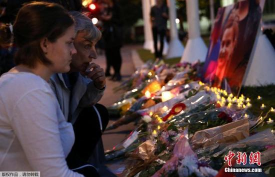 本地时刻6月16日,英国伦敦议会广场前,大众用鲜花和烛炬吊唁被枪杀的工党女议员乔·考克斯。