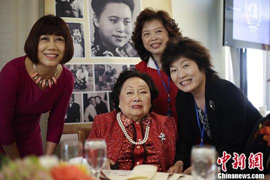 中国驻纽约总领事章启月(右一)出席陈香梅女士91岁寿辰图片展。 <a target='_blank' href='http://www.chinanews.com/'>中新社</a>记者 廖攀 摄