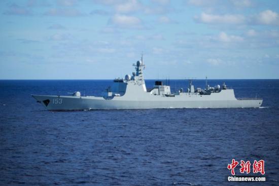 资料图为航行中的中国海军导弹驱逐舰西安舰。 记者 李纯 摄