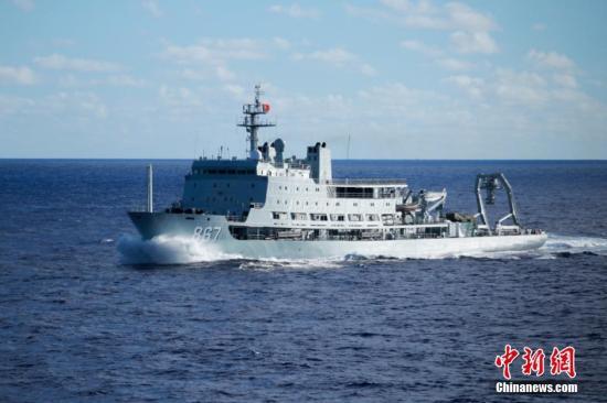 """当地时间6月18日中午,参加""""环太平洋-2016""""演习的中国海军153编队在西太平洋海域与美海军""""斯托克戴尔""""号、""""劳伦斯""""号驱逐舰会合。图为航行中的中国海军综合援潜救生船长岛船。 中新社记者 李纯 摄"""