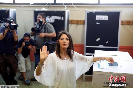 """当地时间6月19日,意大利罗马,拉吉(Virginia Raggi)赢得市长选举后出席新闻发布会。意大利首都罗马市长选举19日举行第二轮投票。反体制政党""""五星运动""""候选人拉吉(Virginia Raggi)成为罗马市首位女性市长。"""