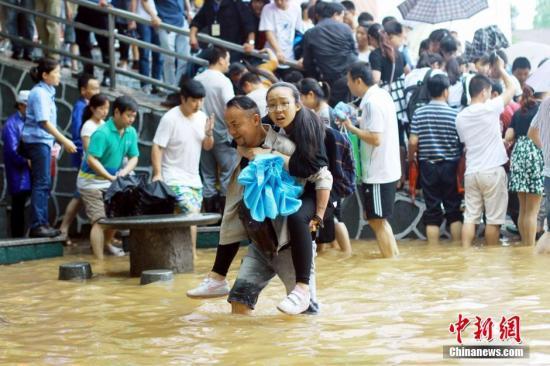 江西景德镇遭逢暴雨侵袭 城区内涝成泽国。程万海 摄