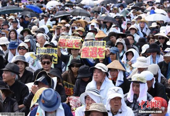 资料图:日本冲绳民众集会,要求美军撤出冲绳。