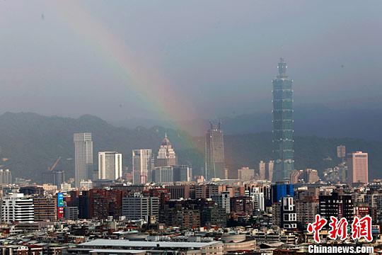 6月20日,一场降雨过后,台北101大楼附近出现彩虹。<a target='_blank' href='http://www.chinanews.com/'>中新社</a>记者 陈小愿 摄