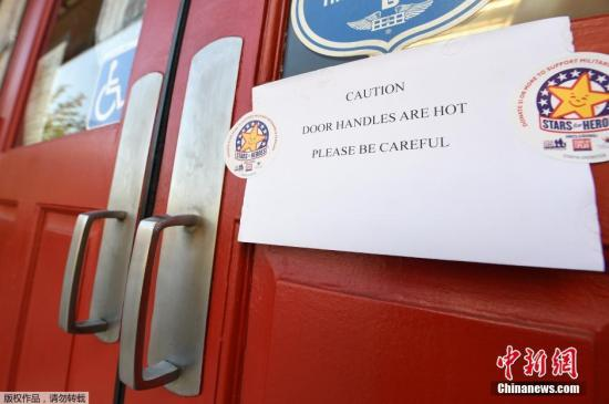 在加州阿祖瑟地区,当地一家款餐厅贴出告示,提醒顾客,小心门把手烫手。