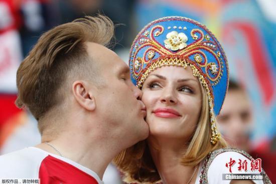 资料图:2016年欧洲杯期间的俄罗斯球迷情侣。