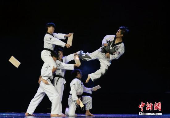 资料图:韩国驻华大使馆文化院、韩国SR演出团、大韩跆拳道协会、国家代表跆拳道示范团共同出演的跆拳道主题表演《TAL》。