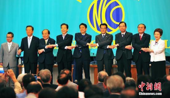 �ձ�����Ժѡս�ڼ���6��21�����ձ����߾��ֲ����е�ѡǰ���ױ��ۻ��ϣ�����������ѧ���ijɰܹ����ٶȳ�Ϊ�ȱ�֮�⡣ͼΪ�������ɸ����˻�ǰǣ�����࣬��������<a target='_blank' href='http://www.chinanews.com/'>������</a>���� ���� ��