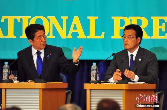 日本首相安倍安倍与最大在野党民进党的党首冈田克也(图右),在辩论会上针锋相对。<a target='_blank' href='http://www.chinanews.com/'>中新社</a>记者 王健 摄