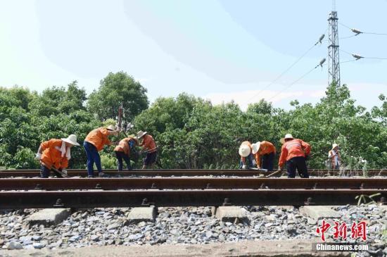 资料图:铁路工人正在进行道岔养护。鲍赣生 摄