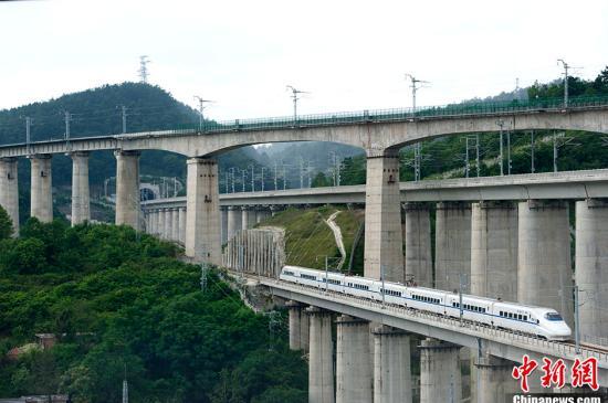 资料图:沪昆高铁穿隧道而过。中新网记者 李泊静 摄