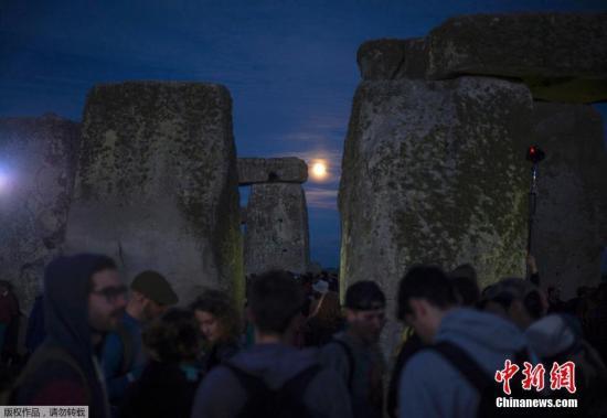 巨石阵位于英国威尔特郡,是一处非常神秘的建筑,科学家一直都在猜测古人建造巨石阵的目的,传统的观点认为巨石阵与太阳四季变化的位置有关。