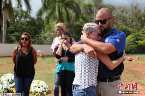 当地时间2016年6月21日,美国卡瓜斯,奥兰多夜总会枪击案遇难者Franky Jimmy De Jesus Velazquez的葬礼举行,部分前来参加葬礼的亲友情绪失控。