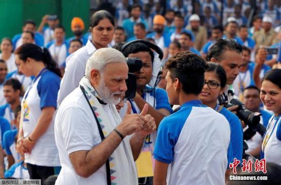 当地时间2016年6月21日,印度多地民众举办瑜伽活动,庆祝世界瑜伽日。当天,印度总理莫迪参加了昌迪加尔的一个瑜伽训练营,和学员一起做瑜伽。