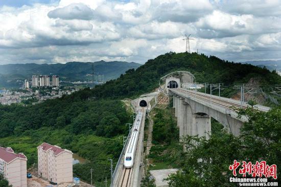 6月21日,贵广高铁、沪昆高铁穿隧道而过。贵广高铁设计时速300km/h, 目前运行速度250km/h, 目前是西南云贵川地区最便捷的铁路出海大通道,大大缩短了西南与珠三角地区间的时空距离,乘客乘坐相比之前节省了很多时间。另外在成贵高铁开通之前,如乘坐普速客车通过贵阳中转高铁,四川各地至珠三角地区的行车时间普遍能由40小时缩减至24小时以内,且按普速硬卧与动车二等座对比计算,票价几乎不变。沪昆铁路客运专线贵州段全长559.5公里,是世界上跨度最大,地形起伏大、地质结构最复杂的铁路。中新网记者 李泊静 摄