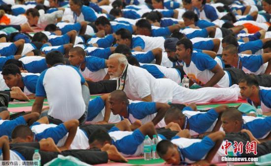 资料图:印度总理莫迪参加瑜伽活动。