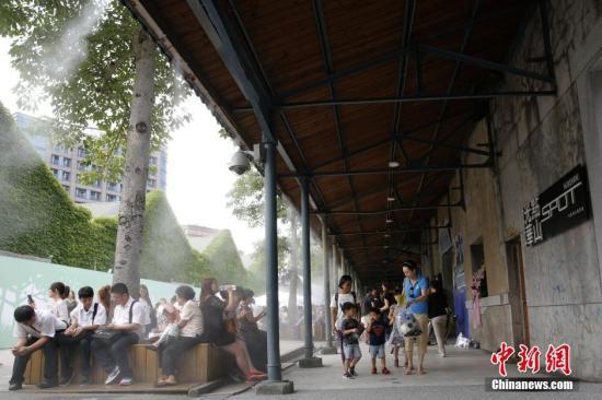 6月23日,台北华山1914文化创意产业园区内,民众坐在喷雾降温区休息。据台湾气象部门统计,当天中午12时58分,台北气温达37.3度,已连续4天最高气温逾37度。台湾气象部门称,往年台北6月气温超过37度的天数,每年只有1至2天;但今年6月累计已有7天,创1987年以来6月气温超过37度最多天数的纪录。中新社记者 陈小愿 摄