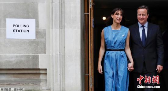 当地时间6月23日,英国首相卡梅伦携夫人在伦敦投票站投票。英国当地时间23日早7时(北京时间23日14时)开始举行全民公投,公投结果将决定英国是否脱离欧盟。
