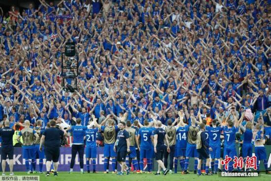 资料图:冰岛人为本国足球队加油助威。