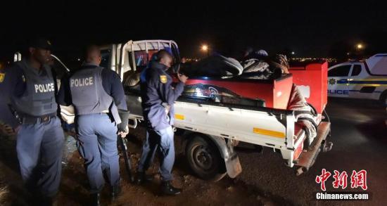 资料图:2016年6月,南非首都骚乱至少致两死,警方逮捕50多人。 <a target='_blank' href='http://www.chinanews.com/'>中新社</a>记者 GCIS 摄