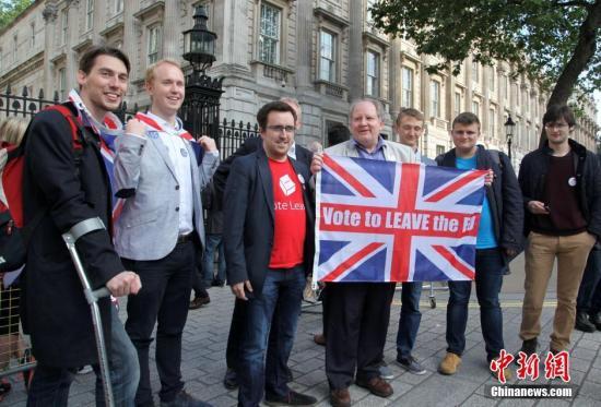 """当地时间2016年6月24日,英国""""脱欧""""公投计票结果揭晓,多数投票者赞成英国脱离欧盟。图为""""脱欧派""""支持者在伦敦市中心庆祝。<a target='_blank' href='http://www.nihaopiao.com/'>中新社</a>记者 周兆军 摄"""