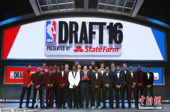 资料图:NBA2016年选秀大会。从2005年开始,NBA拒收19岁以下的高中生球员。