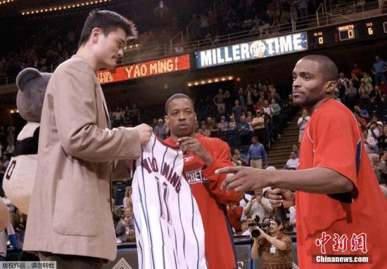 资料图:2002年,姚明以状元秀身份被NBA的休斯敦火箭队选中,连续6个赛季选NBA全明星阵容。
