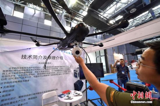 """6月24日消息,近日,""""第七届尖兵之翼--中国无人机大会暨展览会""""在北京中关村国家自主创新示范区展示中心举行。据悉,本次展会ASFC・尖兵之翼汇聚80余家专业展商,展出300余架次,汇集了约2万人次的专业观众。 图为众宇动力的氢燃料电池无人机,该无人机也是首架带视觉避障的工业级无人机,双目视觉融合超声波避障技术,能够识别最近0.7米,最远20米的障碍物;水平视角60度,垂直视角30度,能有效保证三维精准信息。同时还带36倍变焦云台镜头,可以锁定并自动跟随监视等多方面功能。 众宇动力的氢燃料电池无人机,该无人机也是首架带视觉避障的工业级无人机,双目视觉融合超声波避障技术,能够识别最近0.7..."""