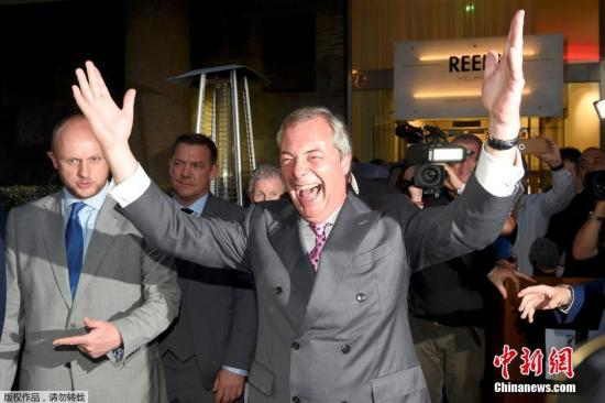 """资料图:英国独立党领袖法拉奇在投票结果出炉前,就开始提前庆祝脱欧胜利。法拉奇向记者表示,如果脱欧成为本次投票的最终结果,英国现任首相卡梅伦必须马上辞职,并称今天是英国的""""独立日""""。"""