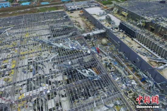 6月24日,江苏盐城阜宁特大暴雨龙卷风灾后,坍塌的盐城阿特斯协鑫阳光电力科技有限公司近4万平米厂房,现场满目疮痍。记者 崔佳明 摄