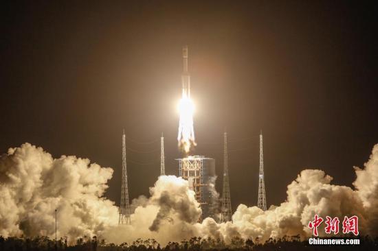 """6月25日20时00分,中国载人航天工程为发射货运飞船而全新研制的""""长征七号""""运载火箭在海南文昌航天发射场点火升空,约603秒后,载荷组合体与火箭成功分离,进入近地点200千米、远地点394千米的椭圆轨道,""""长征七号""""运载火箭首次发射圆满成功。 <a target='_blank' href='http://www.chinanews.com/'>中新社</a>发 何卫国 摄"""