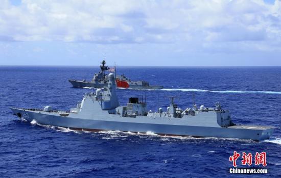 """当地时间6月25日上午,参加""""环太平洋-2016""""演习的中美海军7艘军舰,在向夏威夷航渡期间组织了编队运动训练。图为中国海军西安舰参加训练。 /p中新社记者 李唐 摄"""