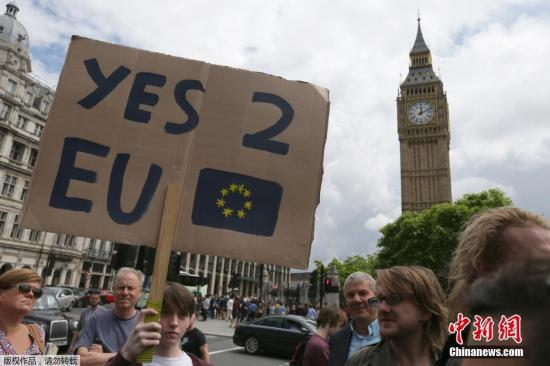 """6月27日消息,据外媒报道,英国脱欧公投结果24日公布,51.9%的英国民众投票赞成脱离欧盟,英国将成为欧盟成立以来第一个退出的成员。尽管公投选择""""脱欧"""",但仍有大量英国人想""""留下""""。有民众在英国议会网站发起请愿,呼吁举行第二次公投,目前该请愿已获得超过52万人签名支持。截至当地时间25日早间,这一请愿已经获得超过52万人签名支持,这一数字已经达到国会考虑进行讨论所需人数。而由于民众对请愿相应踊跃,英国国会网站甚至一度瘫痪。另一方面,还有民众发起请愿,呼吁伦敦独立加入欧盟。"""
