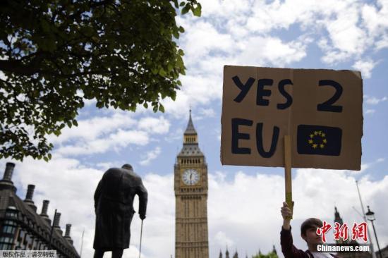 """6月27日消息,据外媒报道,英国脱欧公投结果24日公布,51.9%的英国民众投票赞成脱离欧盟,英国将成为欧盟成立以来第一个退出的成员。尽管公投选择""""脱欧"""",但仍有大量英国人想""""留下""""。有民众在英国议会网站发起请愿,呼吁举行第二次公投,截至当地时间25日早间,这一请愿已经获得超过52万人签名支持,这一数字已经达到国会考虑进行讨论所需人数。而由于民众对请愿相应踊跃,英国国会网站甚至一度瘫痪。另一方面,还有民众发起请愿,呼吁伦敦独立加入欧盟。"""