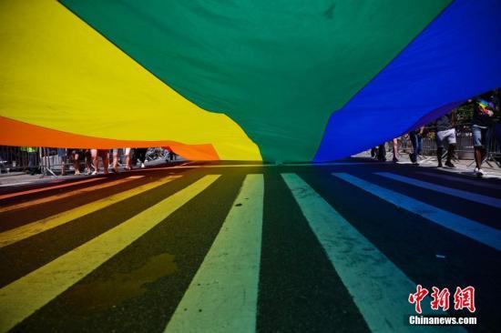 当地时间6月26日,美国纽约举行规模盛大的同性恋骄傲大游行。男同性恋、女同性恋、双性恋、变性人,以及他们的支持者纷纷走上街头。中新社记者 廖攀 摄