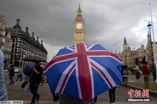 """资料图:英国脱欧公投结果24日公布,51.9%的英国民众投票赞成脱离欧盟,英国将成为欧盟成立以来第一个退出的成员。尽管公投选择""""脱欧"""",但仍有大量英国人想""""留下""""。有民众在英国议会网站发起请愿,呼吁举行第二次公投,目前该请愿已获得超过52万人签名支持。截至当地时间25日早间,这一请愿已经获得超过52万人签名支持,这一数字已经达到国会考虑进行讨论所需人数。而由于民众对请愿相应踊跃,英国国会网站甚至一度瘫痪。另一方面,还有民众发起请愿,呼吁伦敦独立加入欧盟。"""