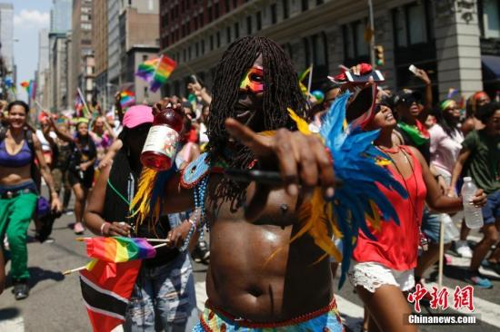 当地时间6月26日,美国纽约举行规模盛大的同性恋骄傲大游行。男同性恋、女同性恋、双性恋、变性人,以及他们的支持者纷纷走上街头。<a target='_blank' href='http://www.chinanews.com/'>中新社</a>记者 廖攀 摄